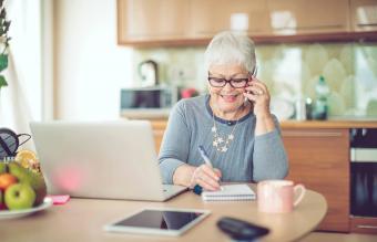 Mujer mayor que trabaja desde casa
