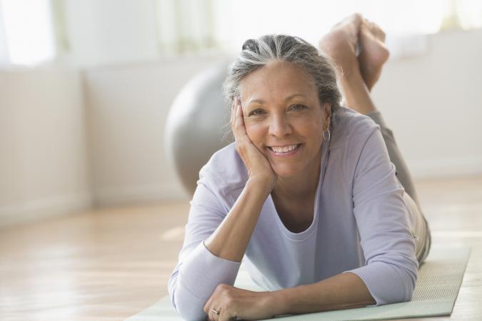 Mujer mayor en el gimnasio