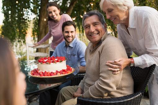 Adulto mayor cumpleaños