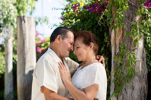Adultos mayores enamorados