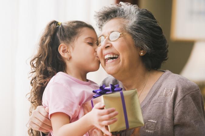 Abuela nieta y regalo