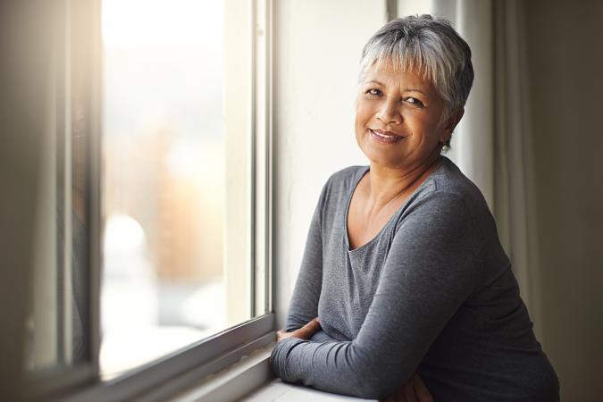 Adulto mayor vive solo