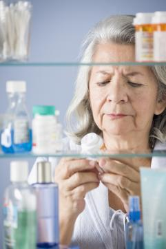 Mujer mayor con medicamentos