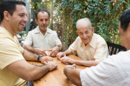 hombres jugando dominó