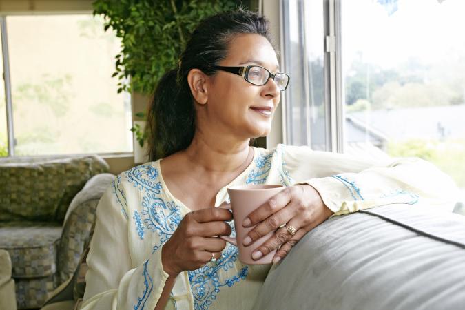 una mujer feliz bebiendo café