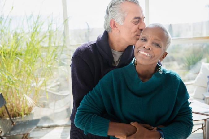Una pareja de jubilados sonriente