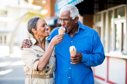 Pareja feliz comiendo helado