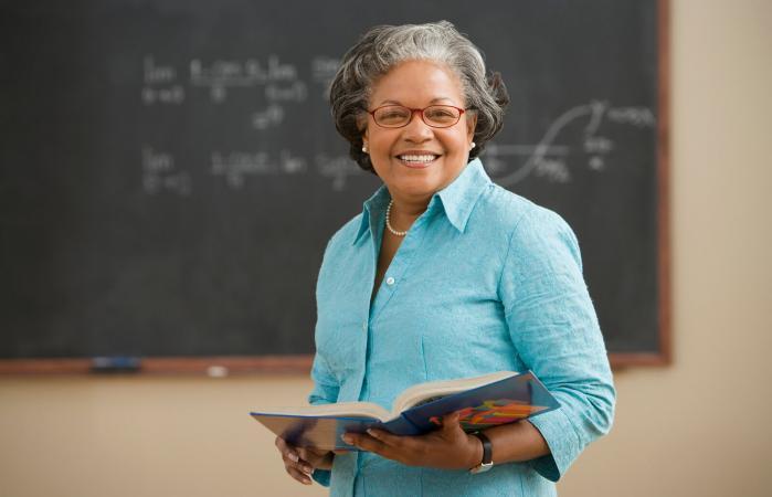 Una maestra con un libro