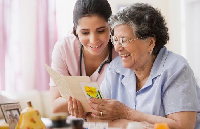 Anciana disfrutando de una tarjeta