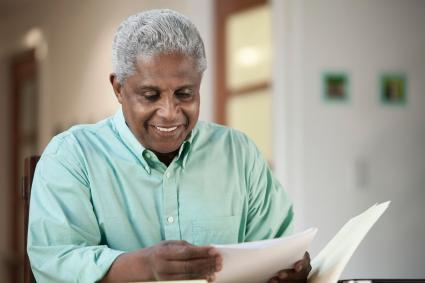 Hombre leyendo carta