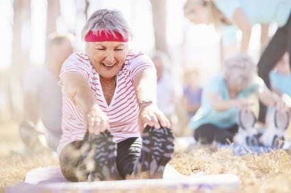 Señora mayor en clase de yoga