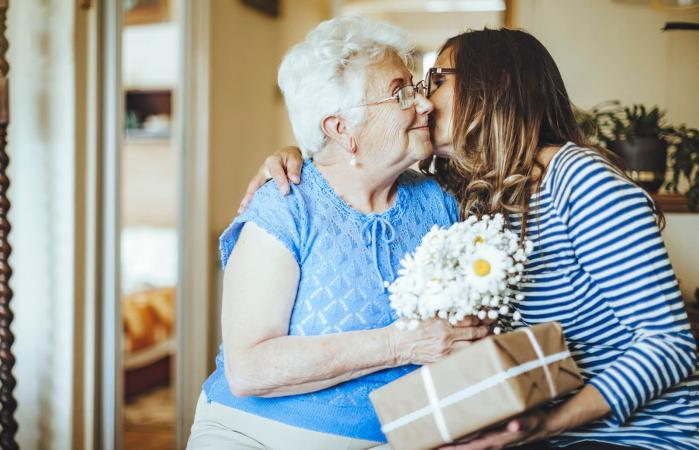 Recibiendo regalo en la residencia de adultos mayores