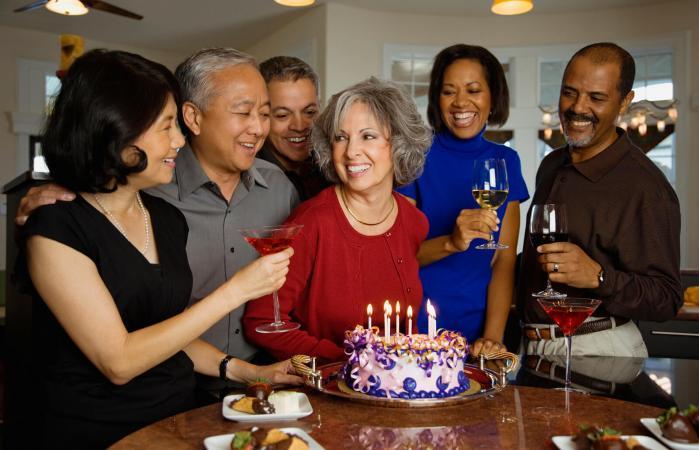 Mujer celebrando su cumpleaños con amigos