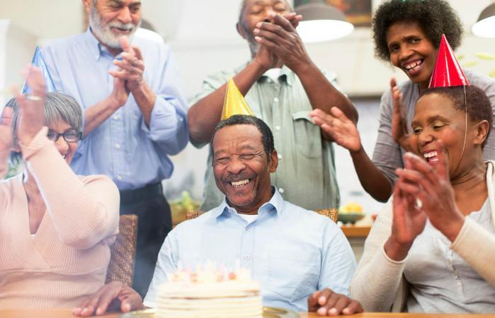 Hombre mayor riendo en su fiesta de cumpleaños