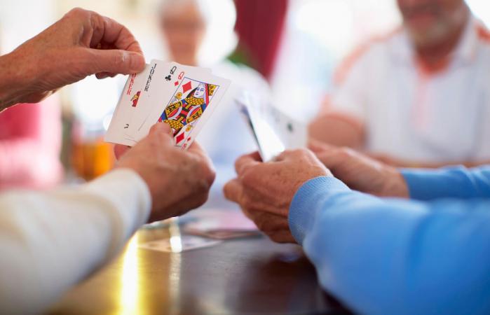 Personas mayores jugando cartas