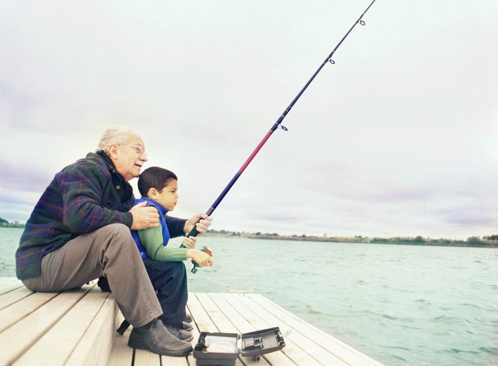 Abuelo y nieto pescando