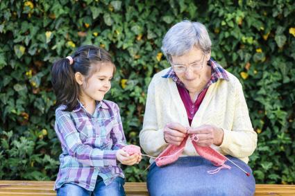 Abuela haciendo ganchillo con su nieta