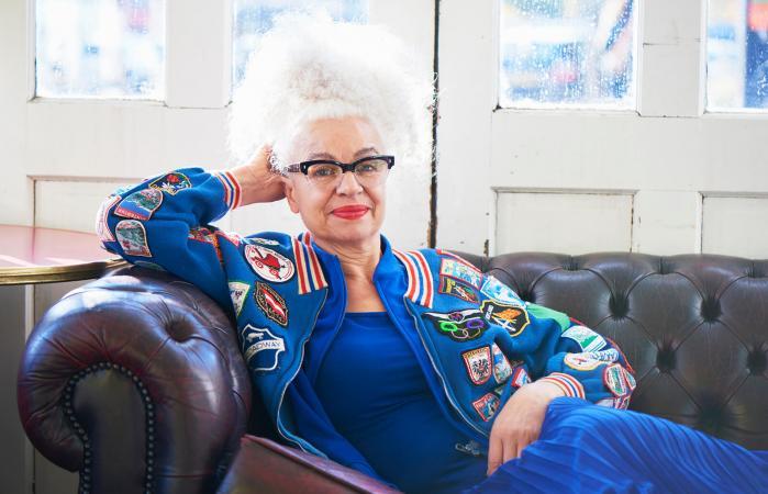 retrato de una mujer mayor a la moda