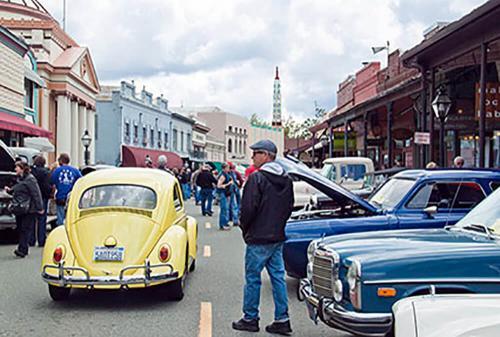 Exposición de autos clásicos en el centro de Grass Valley