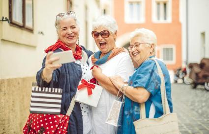 Tres mujeres viajando juntas