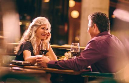 Pareja de mayores en una cita