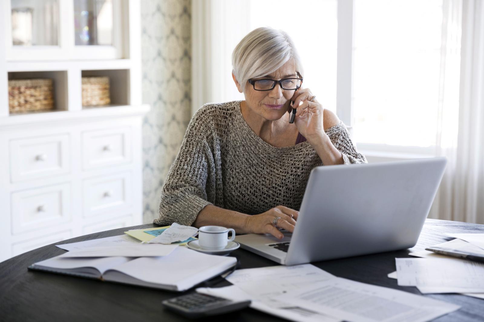 Mujer mayor pagando cuentas online
