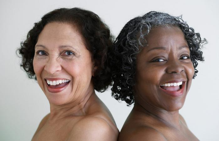 mujeres mayores con los hombros desnudos