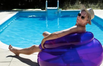 senior feliz en la piscina