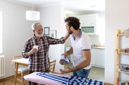 Hombre ayudando el anciano con las tareas de la vivienda