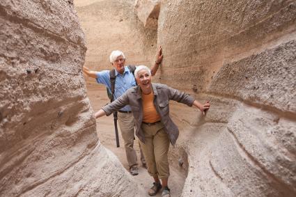 Pareja de ancianos de excursión juntos en el cañón