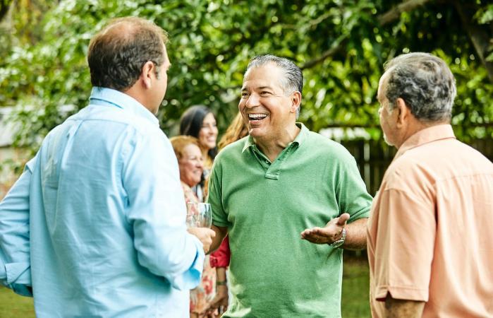 Grupo de adultos mayores hablando
