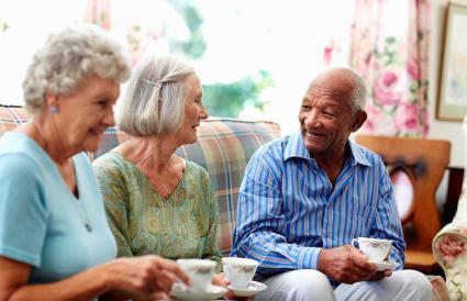 Personas mayores tomando café