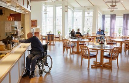 Hombre mayor tomando café en el comedor