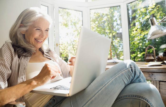 Mujer mayor usando portátil