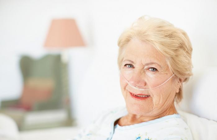 Mujer conectada al oxigeno