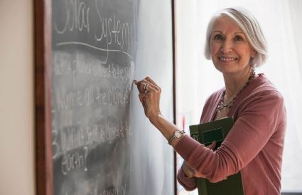 profesora escribiendo en pizarra