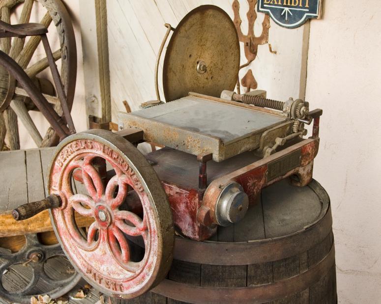 https://cf.ltkcdn.net/antiques/images/slide/104688-775x619-radial_saw.jpg