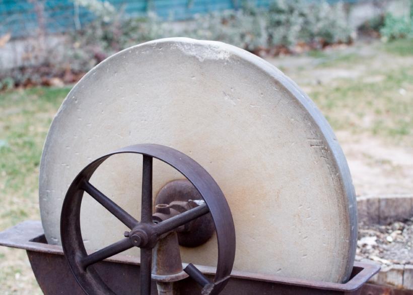 https://cf.ltkcdn.net/antiques/images/slide/104691-820x585-grindstone.jpg