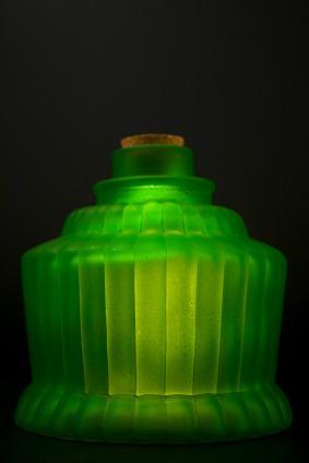 https://cf.ltkcdn.net/antiques/images/slide/104721-283x424-vaseline_glass.jpg