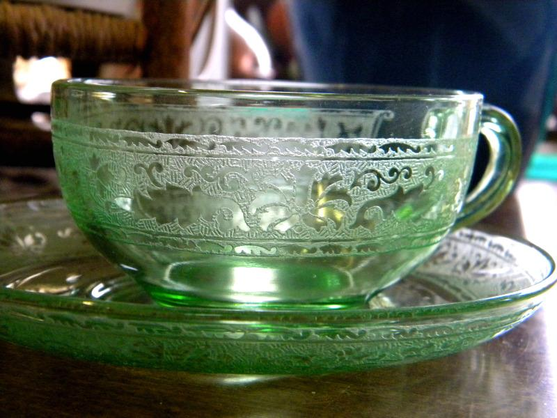 https://cf.ltkcdn.net/antiques/images/slide/104776-800x600-green-depression-glass.jpg