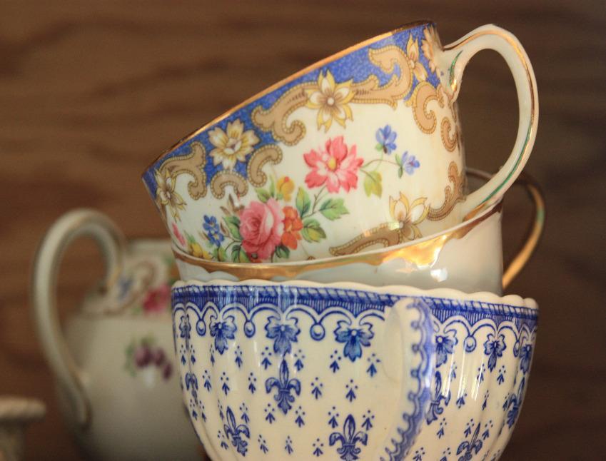 https://cf.ltkcdn.net/antiques/images/slide/104896-849x646-assorted-china-teacups.jpg