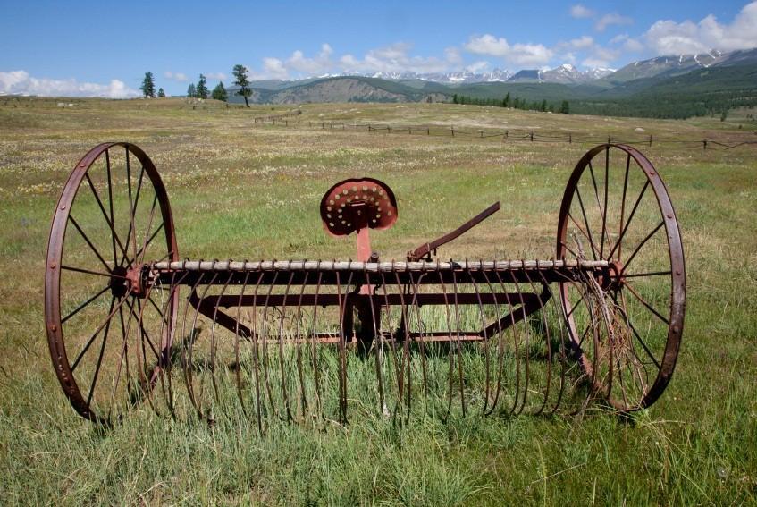 https://cf.ltkcdn.net/antiques/images/slide/138734-847x567r1-hay-rake-abandoned.jpg