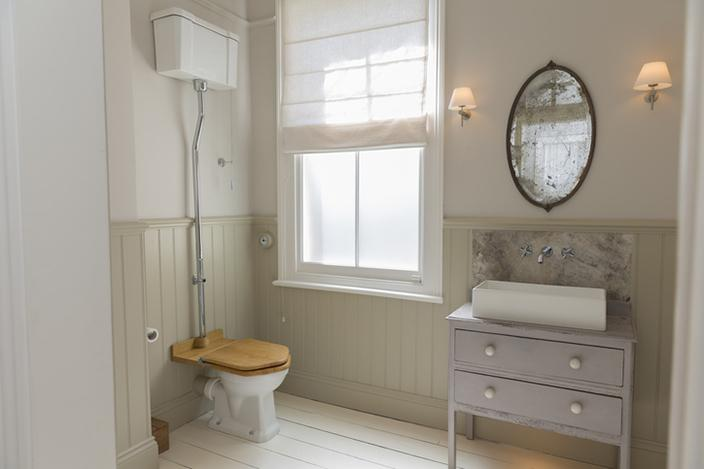 https://cf.ltkcdn.net/antiques/images/slide/226922-704x469-simple-country-bathroom-with-antique-mirror.jpg