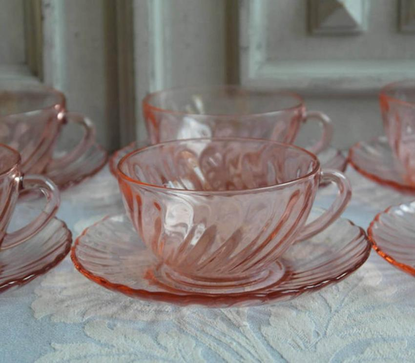 https://cf.ltkcdn.net/antiques/images/slide/257531-850x744-pink-depression-glass-2.jpg