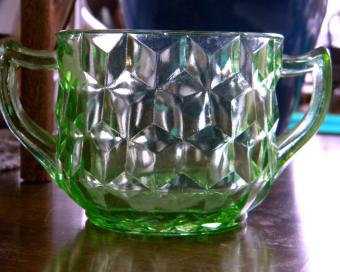 https://cf.ltkcdn.net/antiques/images/slide/104778-800x639-green-depression-glass2.jpg