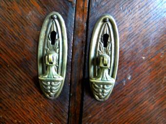 https://cf.ltkcdn.net/antiques/images/slide/104803-800x600-eastlake-pulls-2.jpg