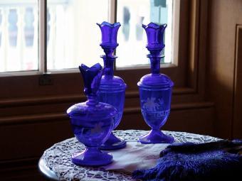 https://cf.ltkcdn.net/antiques/images/slide/104831-800x600-victorian-cobalt-blue-glass.jpg