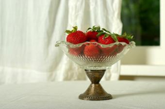 https://cf.ltkcdn.net/antiques/images/slide/104836-849x565-vintage-berry-bowl.jpg