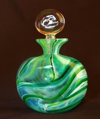 https://cf.ltkcdn.net/antiques/images/slide/131676-634x757r1-art-glass-decanter.jpg