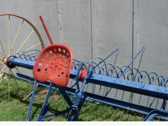 https://cf.ltkcdn.net/antiques/images/slide/138728-798x602r1-hay-rake-5.jpg